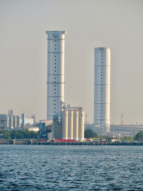 ガーデンふ頭から見た対岸の新名古屋火力発電所の2つの塔