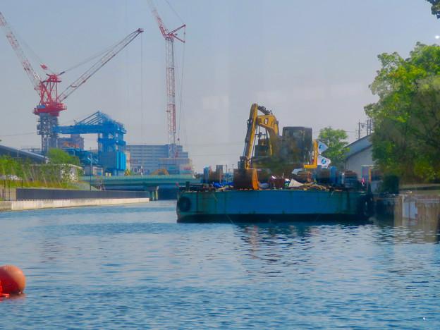 クルーズ名古屋(2019年5月)No - 13:ショベルカーが積まれた工事用の船