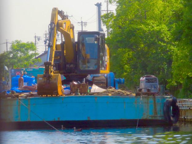 クルーズ名古屋(2019年5月)No - 14:ショベルカーが積まれた工事用の船