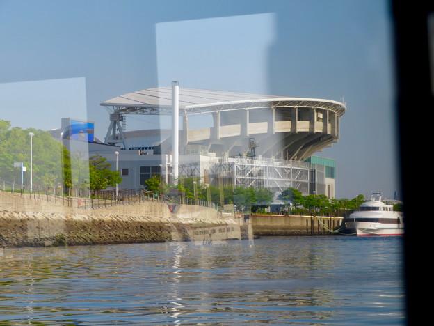 クルーズ名古屋(2019年5月)No - 144:船内から見た名古屋港水族館と水族館前にいつも停泊してる船