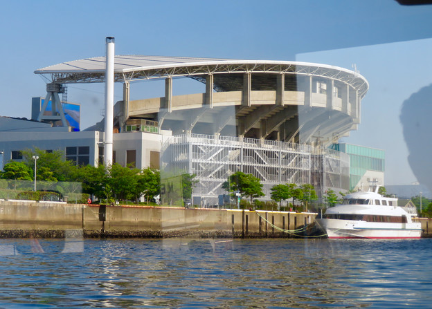 クルーズ名古屋(2019年5月)No - 145:船内から見た名古屋港水族館と水族館前にいつも停泊してる船