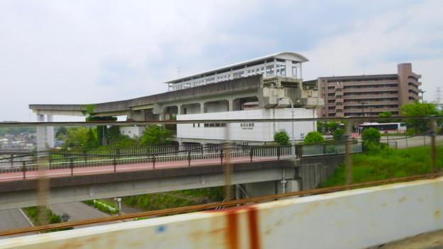 走行中の高速バス車内から見た旧・桃花台東駅