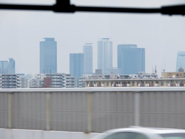 走行中の高速バス車内から見た名駅ビル群 - 1