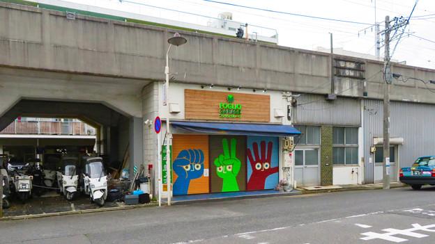 JR中央線高架下のバイク屋シャッターの面白いジャンケン塗装 - 1