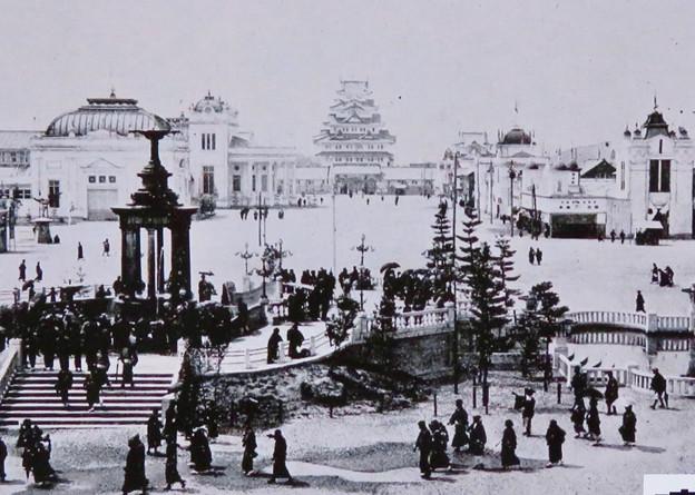 鶴舞公園 110周年記念のプレート - 3:噴水塔の写真の奥にお城!?