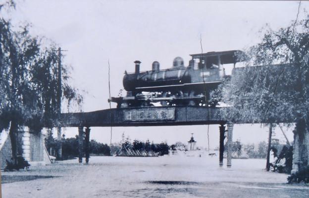 鶴舞駅前のプレート - 5:鶴舞公園前を走るSL