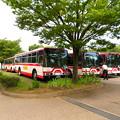 大勢の人で賑わう春日井市民納涼まつり(2019)の日の落合公園 - 35:祭り終了時間を待つ名鉄バスの車両