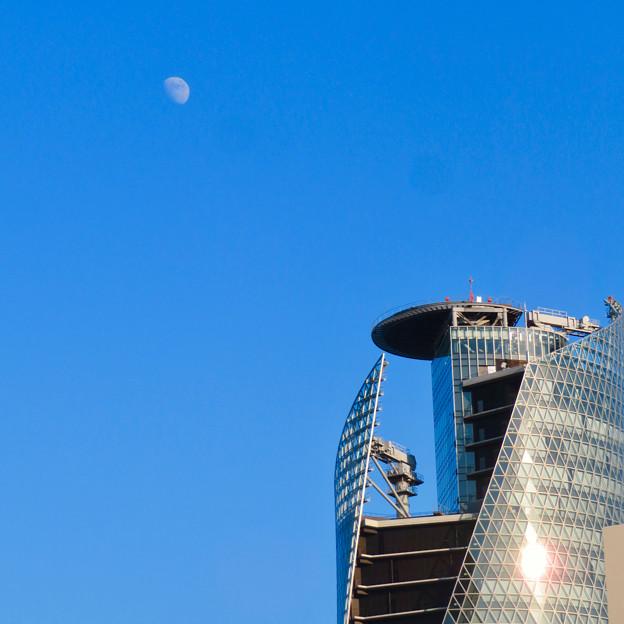 日没前の空に浮かぶ月とスパイラルタワーズ - 2