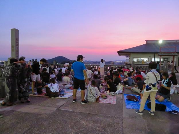 日本ライン夏まつり納涼花火大会の日の犬山成田山 - 10:花火の打ち上げを待ってる人たち