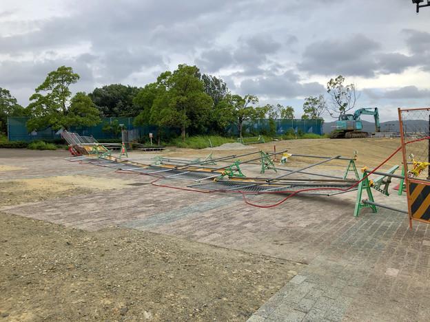 台風10号の影響で倒れてた桃花台線撤去工事現場の柵(2019年8月15日) - 2