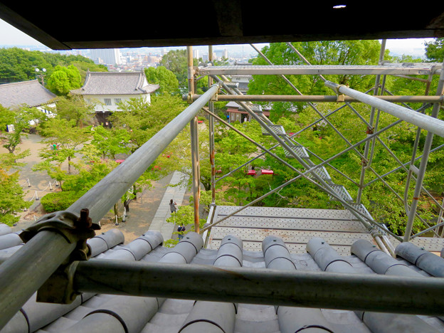 天守保蔵工事中の犬山城(2019年8月18日) - 13:窓から見た足場