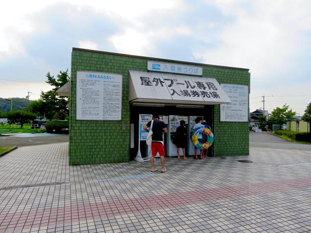 夏休み中で大勢の人が来てた各務原市民プール - 7:入場券販売場