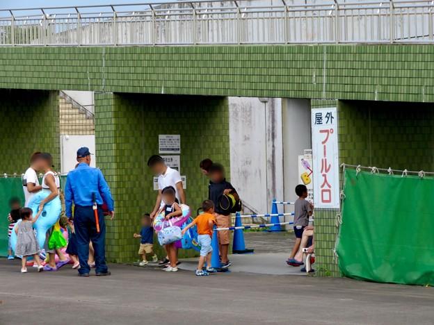 夏休み中で大勢の人が来てた各務原市民プール - 10:屋外入り口