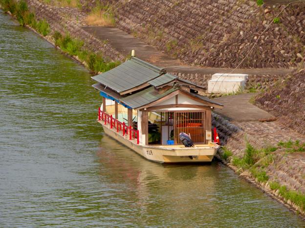 犬山城近くの旅館前に停泊していた屋形船 - 1