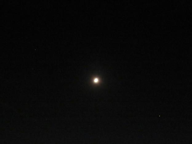 月を挟んで対峙するかのように輝いてた木星と土星(2019年9月7日) - 1