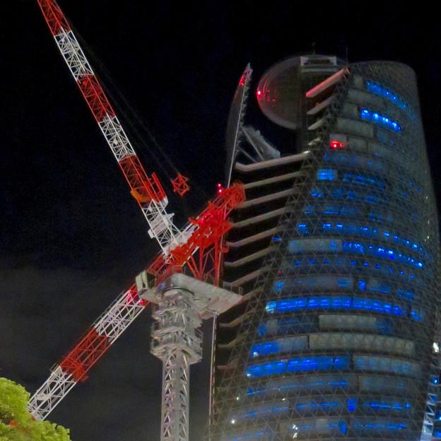 巨大クレーンと夜で青く輝くスパイラルタワーズ - 4