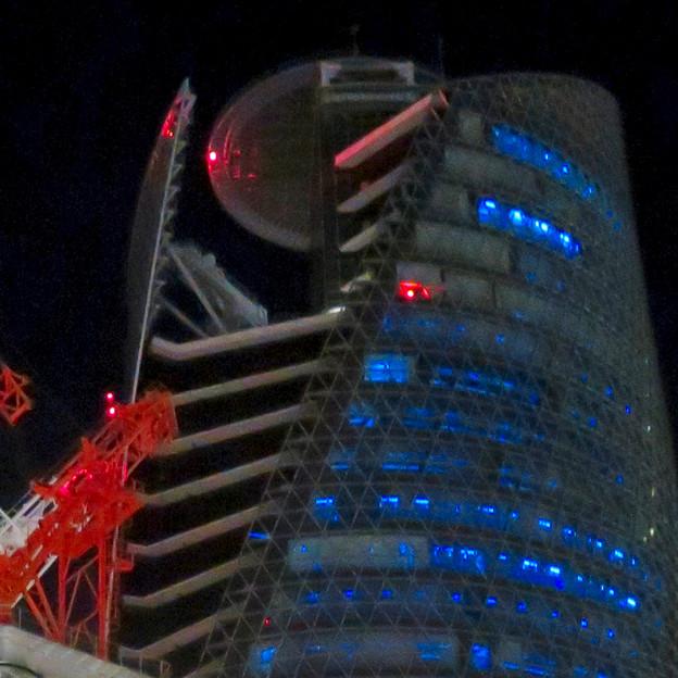 巨大クレーンと夜で青く輝くスパイラルタワーズ - 5:赤く光ってたUFOの様な部分