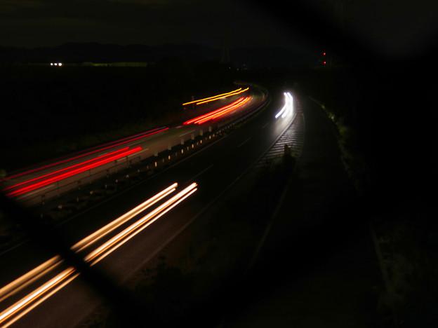 中央道を走る車の光跡(SX730HSで撮影、4秒、F4.5、ISO 80)
