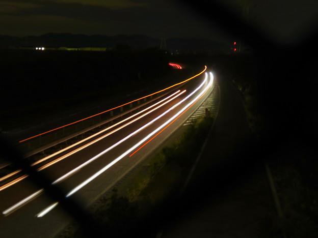 中央道を走る車の光跡(SX730HSで撮影、6秒、F4.5、ISO 80)