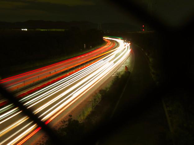 中央道を走る車の光跡(SX730HSで撮影、8秒、F4.5、ISO 80)- 1