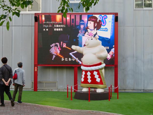 大須矢場とん横に豚のマスコット像と放送中のアニメ表示 - 2