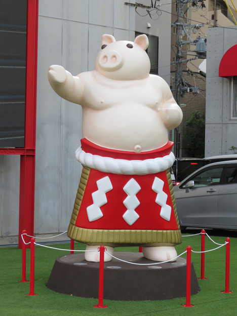 大須矢場とん横に豚のマスコット像と放送中のアニメ表示 - 5
