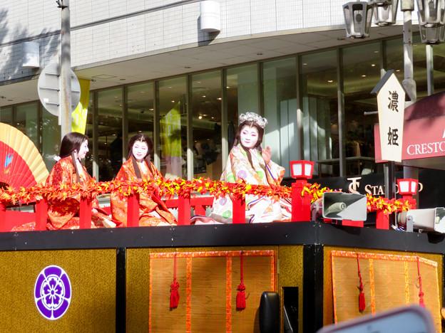 名古屋まつり 2019:フラワーカー上で緊張しながら手を振っていた濃姫役の女性 - 1
