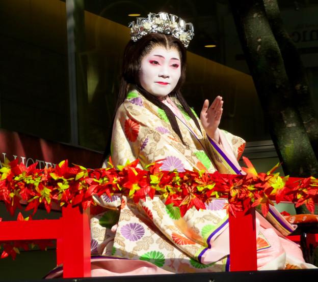 名古屋まつり 2019:フラワーカー上で緊張しながら手を振っていた濃姫役の女性 - 2