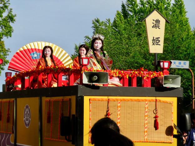 名古屋まつり 2019:フラワーカー上で緊張しながら手を振っていた濃姫役の女性 - 3