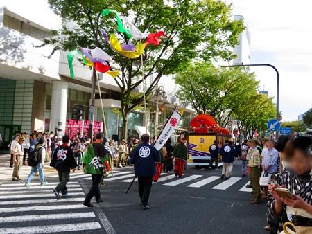 名古屋まつり 2019:濃姫の乗るフラワーカー上に巨大な赤い扇子 - 1