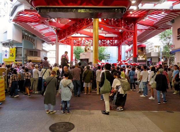 大須大道町人祭 2019:今回一番盛り上がってた兄弟ジャグラー「桔梗ブラザーズ」のパフォーマンス - 1(集まってた沢山の人たち)