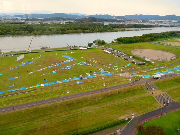 江南市民花火大会開催日で場所取り用のブルーシートが敷かれてた、すいとぴあ江南前木曽川沿い河川敷