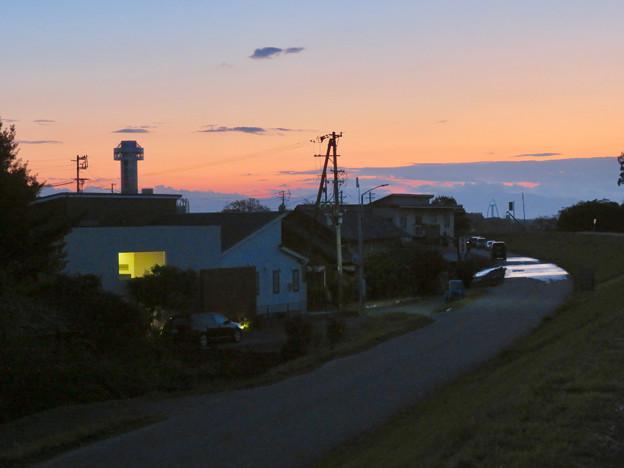 夕暮れ時木曽川沿いから見た、すいとぴあ江南とツインアーチ138のイルミネーション