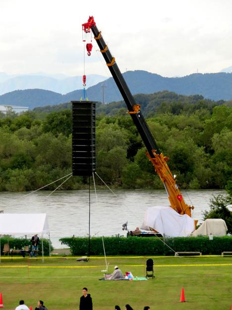 江南市民花火大会 2019:仕掛け花火に用いる機材を吊るしたクレーン車