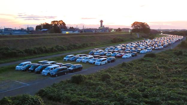 江南市民花火大会 2019:花火を見に来た人の車が沢山並んでた臨時駐車場となった河川敷 - 2
