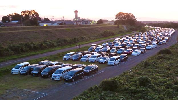 江南市民花火大会 2019:花火を見に来た人の車が沢山並んでた臨時駐車場となった河川敷 - 3