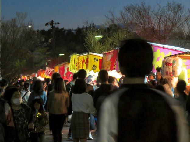 江南市民花火大会 2019:沢山の人が集まってた、すいとぴあ江南前の屋台 - 2