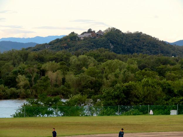 木曽川沿い(江南市側)から見た前渡不動山の上にある佛眼院 - 1