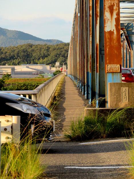 夕暮れ時の愛岐大橋 - 4:狭くて長い歩道部分
