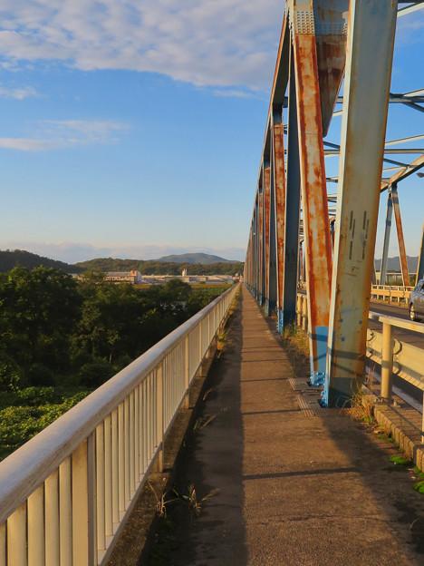 夕暮れ時の愛岐大橋 - 5:狭くて長い歩道部分