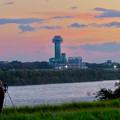 江南市民花火大会を撮影するため木曽川対岸で待つ人