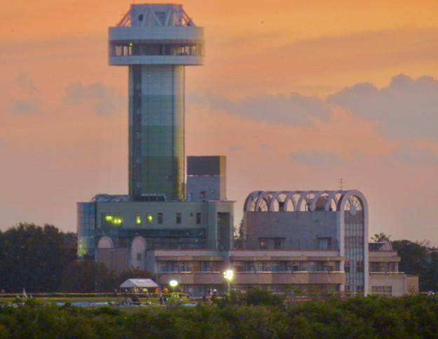 対岸の木曽川沿いから見た、夕暮れ時の すいとぴあ江南 - 1