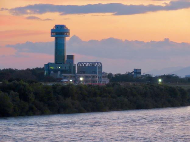 対岸の木曽川沿いから見た、夕暮れ時の すいとぴあ江南 - 2
