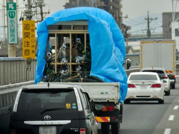 Photos: 強風で荷物の上のブルーシートがはためいてたトラック