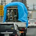 強風で荷物の上のブルーシートがはためいてたトラック