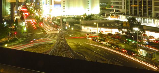 名駅通を走る車の光跡(SX730HSで撮影、F7.1、8秒、ISO80)