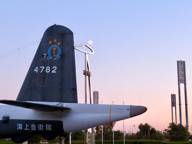 岐阜かかみがはら航空宇宙博物館 No - 28:外に展示された飛行機とオブジェ