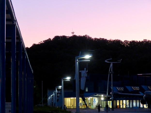 岐阜かかみがはら航空宇宙博物館 No - 33:建物奥の山の上に見えた航空自衛隊の施設?