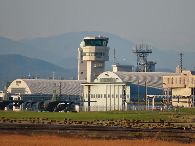エアフロントオアシス春日井から見た小牧基地の管制塔 - 2