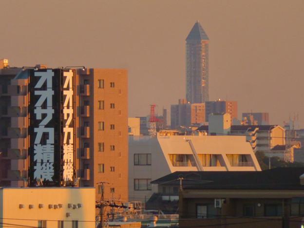 エアポートウォーク3階から見た景色 - 2:オオサカ精機の看板と東山スカイタワー